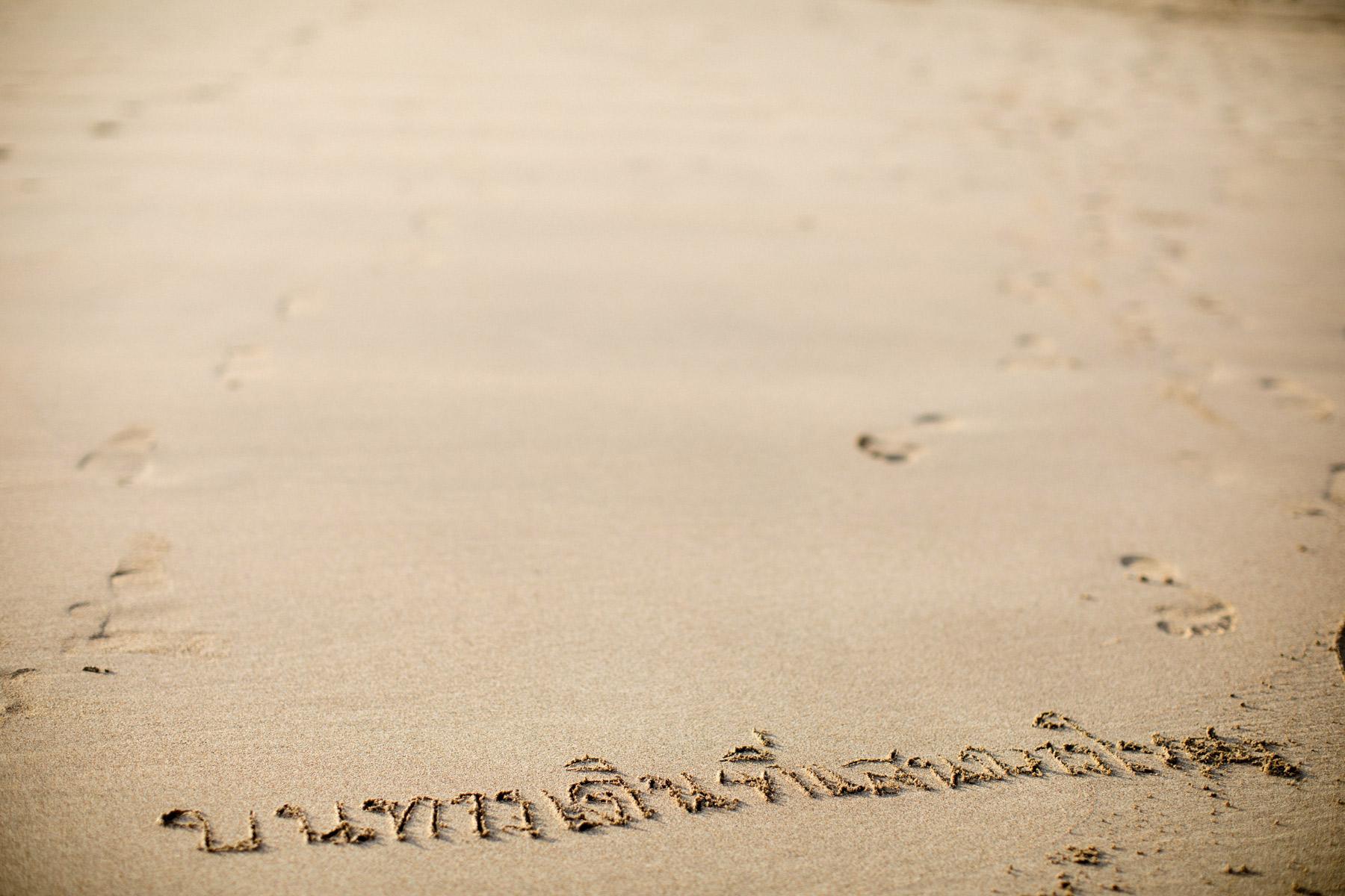 thailändsk skrift i sanden