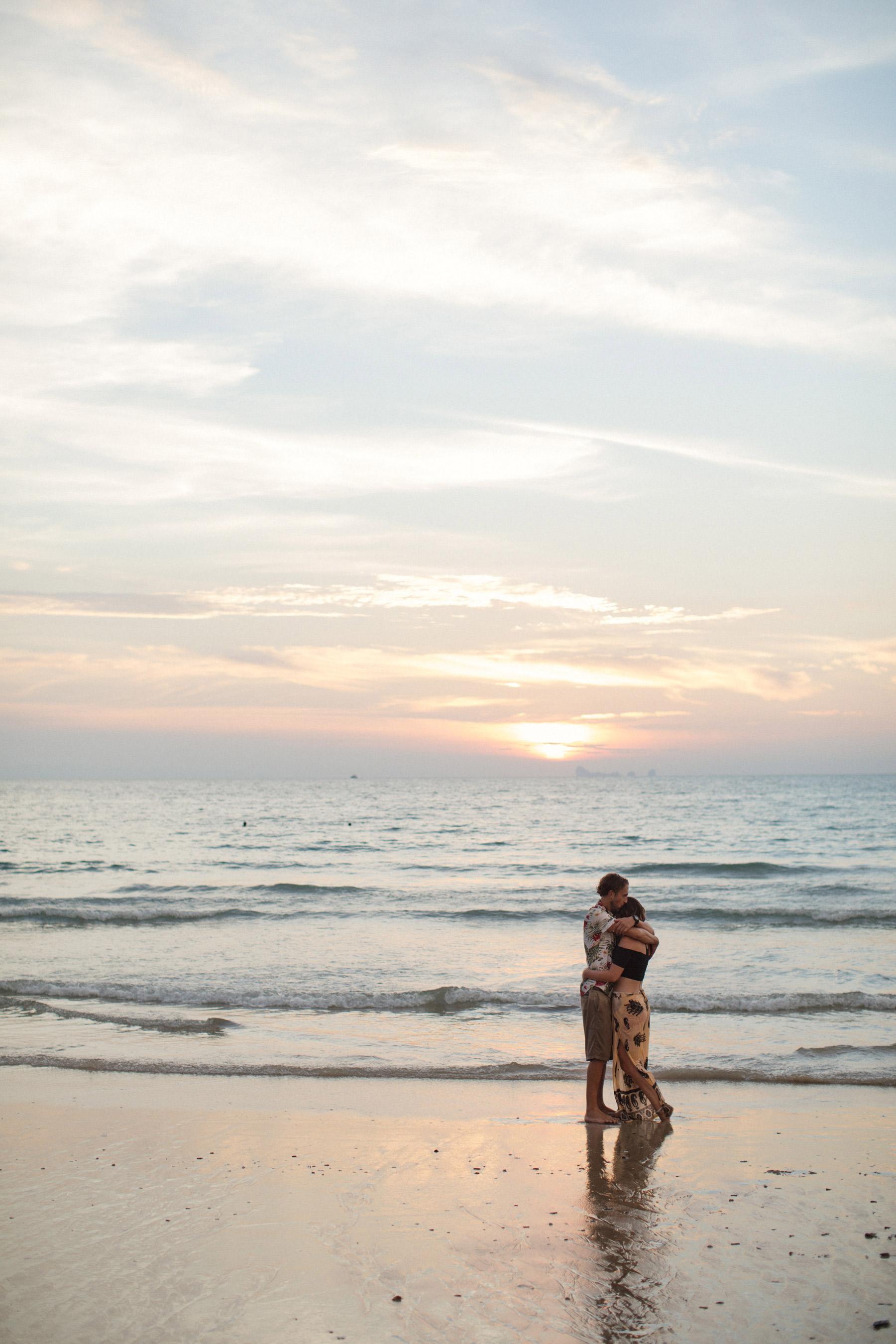 par omfamnar varandra i thailand