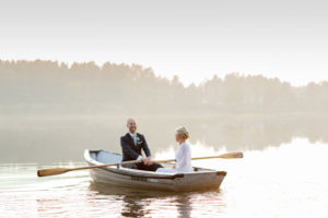 wedding-couple-rowing-in-sweding-fall-sunset