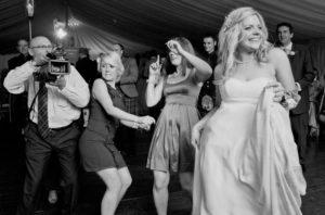 dansande-brud-och-kameraman