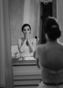 brud speglar sej