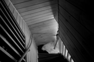 brud gar nedfor trappa i Marholmen