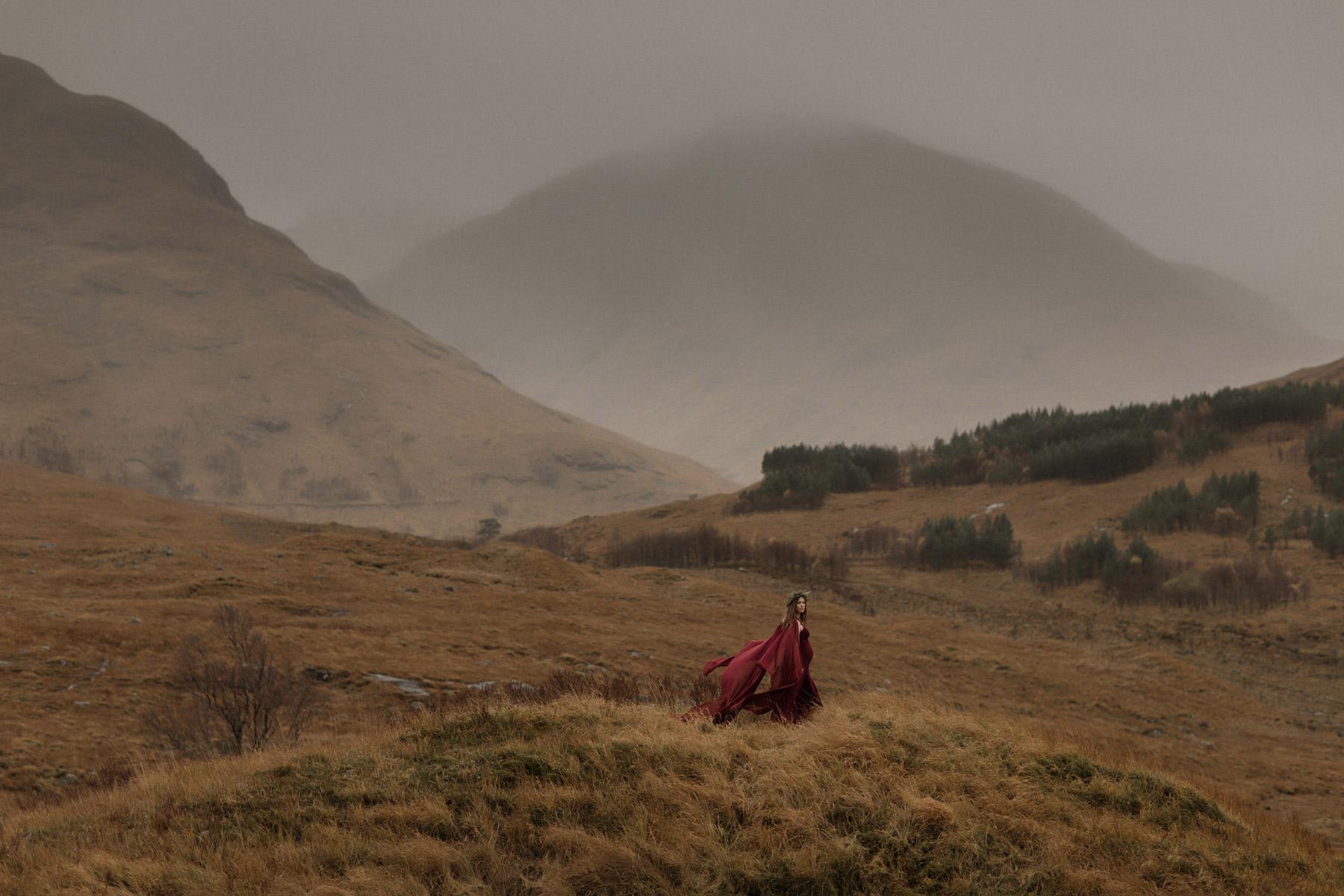 Gravid kvinna bland berg