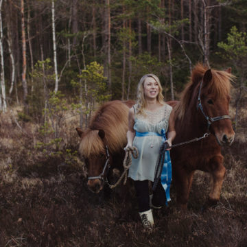 maternity picture with horses