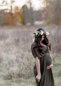 gravid kvinna i blomsterkrans