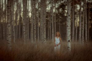 flicka i bjorkskog